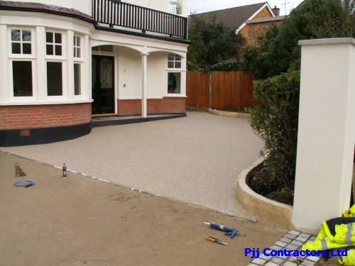 Resin bound paving driveway in London the alternative drive material to block paving
